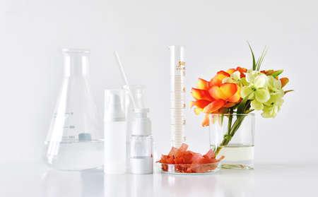 ハーブの植物と科学的なガラス製品、モックアップをブランディングするためのブランクラベルパッケージ、自然なオーガニック美容スキンケア製 写真素材