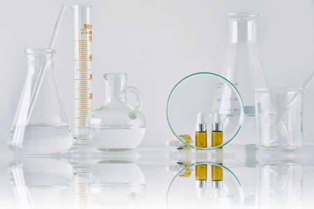 化粧品茶色のボトル容器と科学ガラス製品、モックアップをブランディングするための空白のパッケージに焦点を当て、美容スキンケア製品のコン