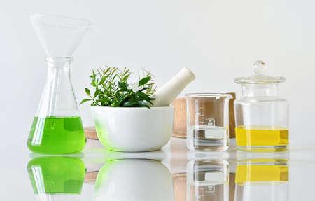 Botánica orgánica natural y cristalería científica, medicina alternativa de hierbas, productos cosméticos de belleza para el cuidado de la piel, concepto de investigación y desarrollo. (Enfoque selectivo)
