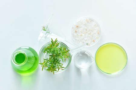 天然有機植物学と科学的なガラス製品、代替ハーブ医療、ナチュラルスキンケア化粧品美容製品、研究開発コンセプト。(選択フォーカス)