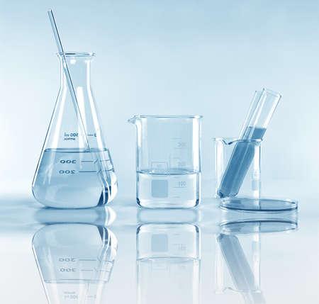 Cristalería experimental de laboratorio científico con solución clara, investigación y desarrollo simbólico de la ciencia. Foto de archivo