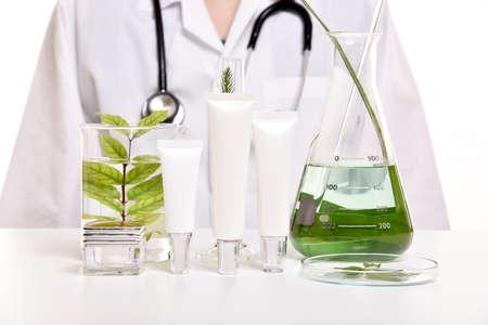 Dermatólogo con cuidado de la piel natural, descubrimiento orgánico a base de hierbas del producto de belleza orgánico en el laboratorio de ciencia, paquete de cosméticos en blanco para la maqueta de la marca. (Enfoque selectivo)