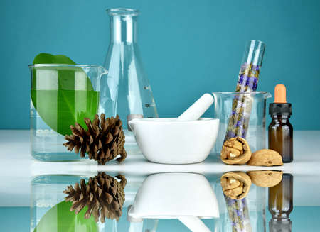 Natural organic medicine and healthcare, Alternative plant medicine, Mortar and herbal extraction in laboratory glassware. Foto de archivo