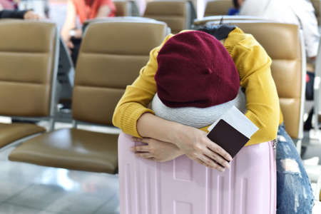 Traveler sleeping at the waiting area lounge airport terminal, Passenger tired for delayed boarding flight, Travel and transportation concept. Standard-Bild