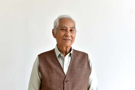 Asiatischer älterer alter Mann, selbstbewusste und lächelnde ältere Menschen auf weißem Hintergrund, glückliches Rentnerbürgerkonzept.