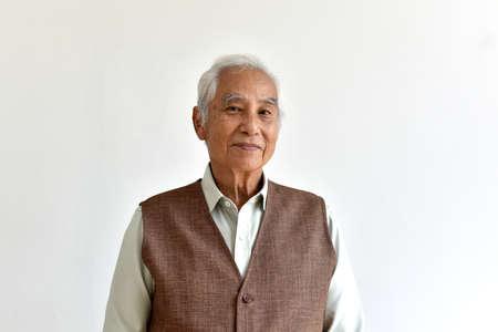 Aziatische senior oude man, zelfverzekerde en lachende ouderen op witte achtergrond, gelukkig gepensioneerde burger concept.