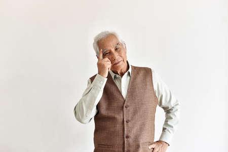 Hombre asiático anciano confuso y olvidadizo con gesto de pensamiento, enfermedad de Alzheimer, problema cognitivo cerebral de demencia en anciano jubilado, concepto de salud Senior.