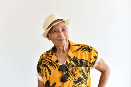 Anziano anziano asiatico allegro, anziani fiduciosi e sorridenti in camicia hawaii colorata, pensionato felice e concetto di viaggio.