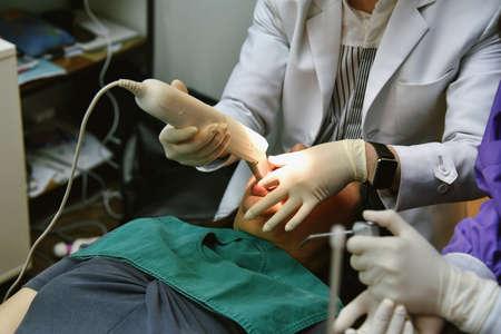 Tecnología de atención dental, dentista que utiliza un dispositivo de escáner intraoral para formar moldes dentales digitales en 3D, técnica de impresión de odontología. Foto de archivo