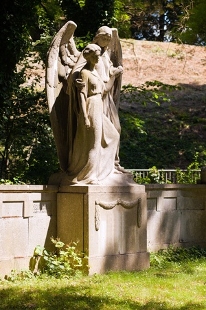angel headstone: Angel and women - figures on the South Cemetery Leipzig