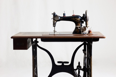 sewing machines: old sewing machine in front of a gray background