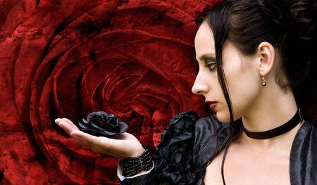 rosa negra: Mujer de negro con negro se levantó delante de un flor rojo rosa