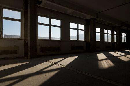 edificio industrial: a través de una serie de ventanas de dejar pasar la luz en un antiguo edificio en ruinas Foto de archivo
