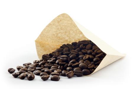 papel filtro: grano de caf� con papel de filtro