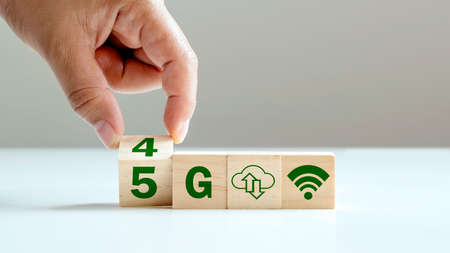 Turning the cube symbolizes the transformation from 4G to 5G, 5G network (5th generation) connects the technology of the future globally, the concept of 4G to 5G technology transformation. Zdjęcie Seryjne