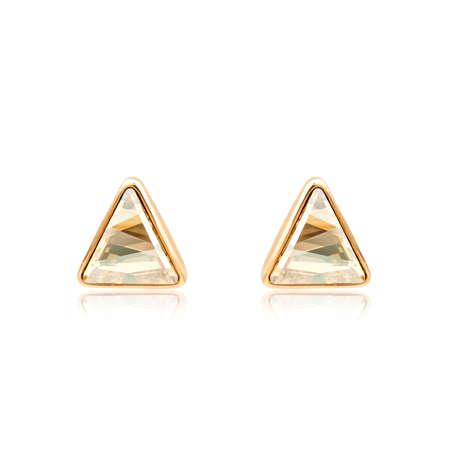 흰색 배경에 고립 된 황금 다이아몬드 귀걸이의 쌍