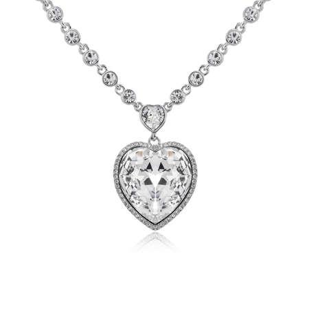 Ciondolo con diamanti isolati su sfondo bianco