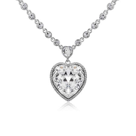 Colgante de diamantes aislado sobre fondo blanco.
