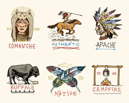 Conjunto de cosecha grabada, dibujado a mano, viejo, etiquetas o insignias para indio o nativo americano. Búfalo, cara con las plumas, jinete del caballo, apache o comanche, fogata y auténtico. Foto de archivo - 80730130