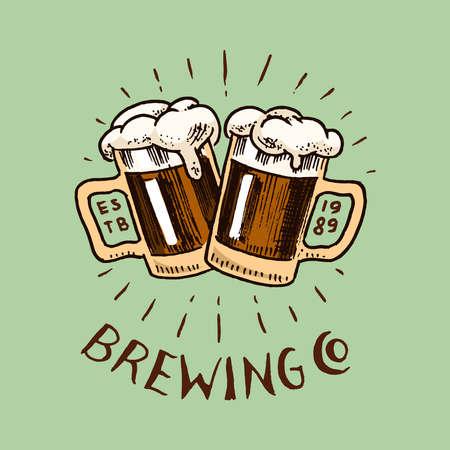 Saluti brindisi. Bicchiere di birra in stile vintage. Etichetta alcolica con elementi calligrafici. Distintivo americano classico per banner poster. Lettering schizzo inciso disegnato a mano per web, menu pub. Vettoriali