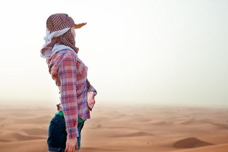 incursion: Jeune femme dans le d�sert Emirats Arabes Unis