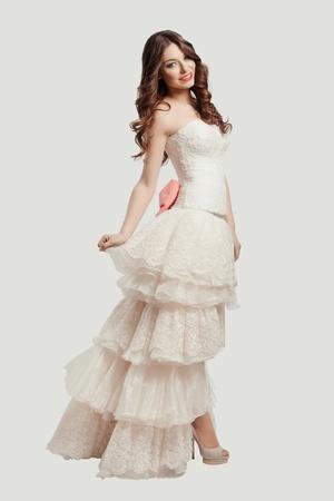 Portrait der jungen schönen Braut posiert im Studio