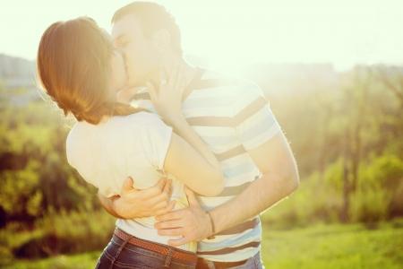 zoenen: Jong paar in liefde buitenshuis Stockfoto