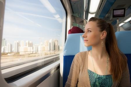 地下鉄の電車の窓を探している女の子