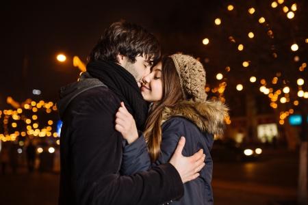 屋外の愛の若いカップル 写真素材