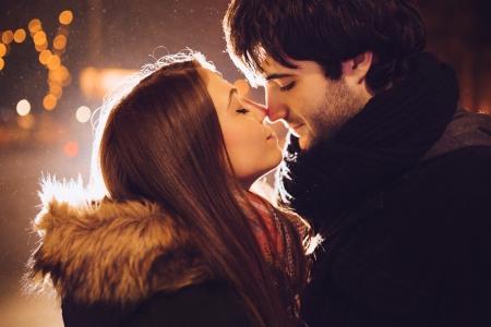 verliefd stel: Jong paar in liefde buitenshuis Stockfoto