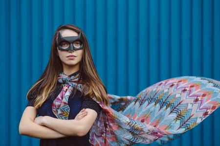 マスクの黒のスーパー ヒーローの女の子