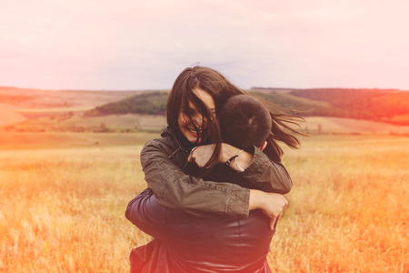 pareja abrazada: Paisaje retrato de joven y bella pareja elegante sensual y divierten al aire libre. Efecto Cine
