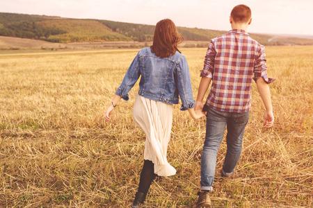 風景の美しいスタイリッシュなカップル官能的で、楽しい屋外の肖像画。フィルムの効果 写真素材