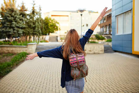 通りを歩いてバックパック Stdent 女の子。背面図