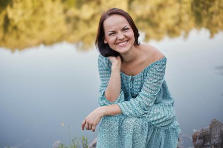 femme romantique: Bonne femme romantique assis au bord du lac