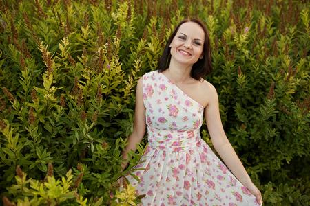 femme romantique: Portrait de la beaut� femme romantique en plein air