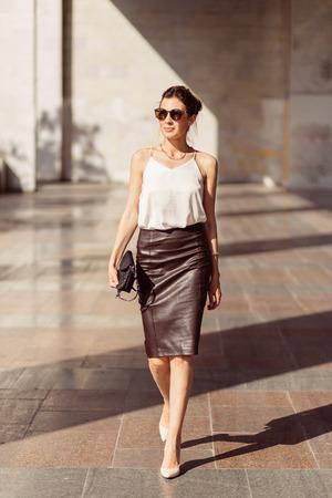ビジネスの女性のサングラスはかなり、彼の肩のバッグ 写真素材 - 41009461