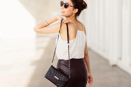 skirts: Mujer bonita con gafas de sol y el bolso en el hombro Foto de archivo