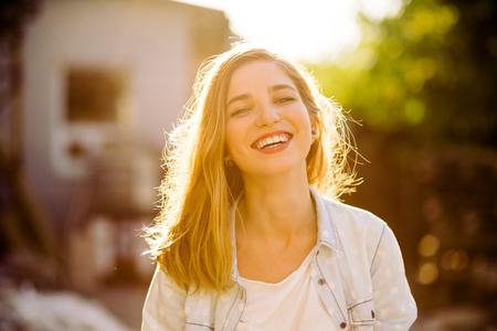 Portret van charmante lachende meisje