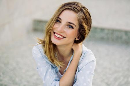 階段に座って魅力的な笑顔を持つ少女の肖像画 写真素材 - 50201410