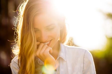 mooie vrouwen: Portret van charmante lachende meisje