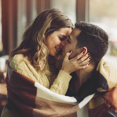parejas romanticas: Pareja en el amor y el consumo de caf� se divierten en la cafeter�a. Conceptos del amor. imagen de estilo efecto de la vendimia Foto de archivo