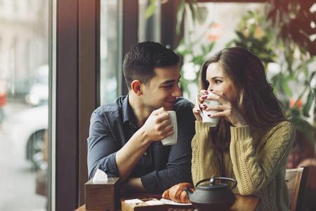 コーヒーを飲むことを愛するでカップル、コーヒー ショップで楽しい時を過します。概念が大好きです。ヴィンテージ効果スタイル画像 写真素材