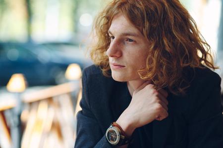 ポーズ ファッショナブルな赤みを帯びた若い男の肖像