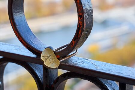 Romantic lock with Eiffel tower and hearts against a blurred city of Paris on a background. Love concept. Banque d'images - 137842771