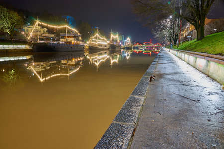 TURKU, FINLAND - January 01, 2021: Night River Aura Aurajoki in Turku, Finland. Publikacyjne
