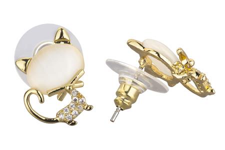 Paar gouden oorringen in de vorm van een kat, met een grote parel en kleine diamanten, geïsoleerd op een witte achtergrond, uitknippad opgenomen Stockfoto