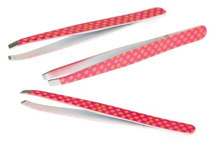 Roze kosmetisch wenkbrauwpincet met geel puntenontwerp, schoonheidsproducten die op witte achtergrond worden geïsoleerd Stockfoto
