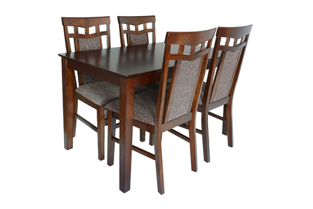 Set di mobili per sala da pranzo composto da tavolo e quattro sedie. Eleganti mobili da pranzo per soggiorno o cucina, realizzati in legno marrone e tappezzeria tessile, isolati su sfondo bianco