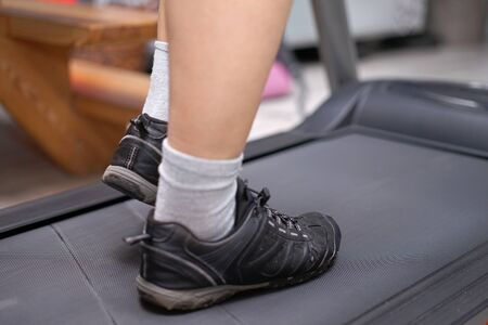 woman's feet during treadmill training Banco de Imagens - 137847732